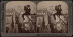 800px-Photographing_New_York_City_-_on_a_slender_support_18_stories_above_pavement_of_Fifth_Avenue(man_with_a_camera),_by_Underwood_&_Underwood
