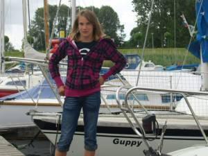 Laura Dekker vicino alla sua barca Guppy