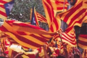 Manifestanti agitano bandiere catalane
