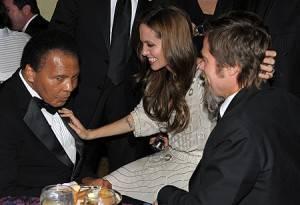 Angelina sorride a Mohammed Ali e carezza Brad