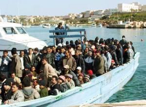 Un barcone di immigrati nelle acque dell'isola di Lampedusa