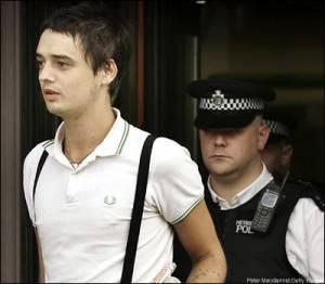 """Pete Doherty in una foto da repertorio mentre viene arrestato da un """"Bobbies"""" inglese."""