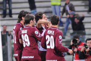 L'esultanza dei giocatori della Salernitana dopo il gol di Caputo