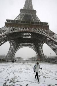 """I """"piedi"""" della Tour Eiffel nella neve"""