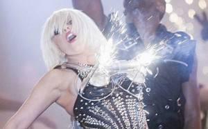 lady gaga fireworks 300x187 Lady Gaga: foglie di lattuga al posto del bikini in carne