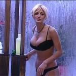 Rosy Maggiulli doccia nella casa del GF