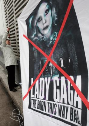 Lady gaga inizia il suo tour in oriente i cristiani la attaccano e 39 pornografica - Porno diva italiana ...