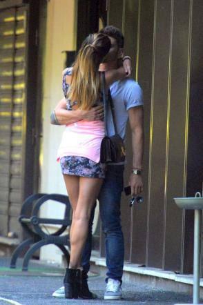 belen stefano bacio2 Belen Rodriguez e Stefano De Martino: la passione scoppia in strada FOTO