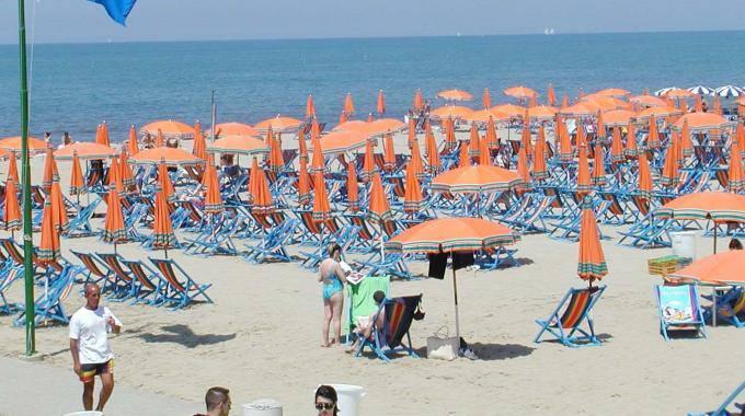 Caldo morte due persone in spiaggia a tirrenia