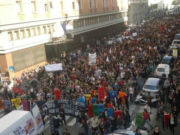 Roma 14n verso montecitorio non ci rappresentano pi for Piani di casa rambler con seminterrato sciopero