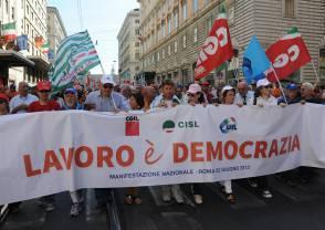"""CENTRO, CORTEO SINDACATI: """"LAVORO È DEMOCRAZIA"""" - FOTO 12"""
