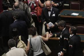 Partiti: protesta M5S, soldi finti su banchi governo