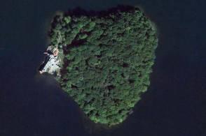 Brad Pitt per i 50 anni riceve isola a forma di cuore da Angelina