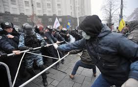 Kiev Ucraina manifestanti rispondono con bulldozer alla repressione