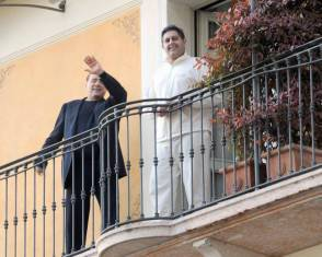 Berlusconi si affaccia al balcone dell'hotel di Gardone Riviera