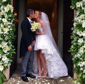 La Marcuzzi in abiti da sposa