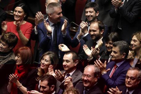 ++ Tutti in piedi applaudono Mattarella, no M5S e Lega ++