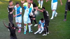 Federico Mattiello a terra con la gamba spezzata