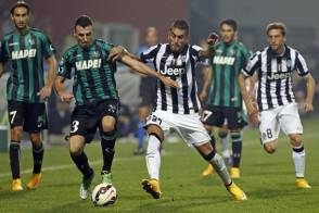 Juventus' Roberto Pereyra (3rd R) and Sassuolo's Alessandro Longhi (2nd L) fight for the ball during their Italian Serie A soccer match at the Mapei stadium in Reggio Emilia October 18, 2014. REUTERS/Giampiero Sposito (ITALY - Tags: SPORT SOCCER)