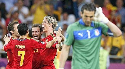 Spain's Juan Mata (2R) celebrates with Fernando Torres (C) and Pedro Rodriguez (7) after he scored the winning goal against Italy's Gianluigi Buffon (R) during their Euro 2012 final soccer match at the Olympic Stadium in Kiev, July 1, 2012.                 REUTERS/Juan Medina (UKRAINE  - Tags: SPORT SOCCER)