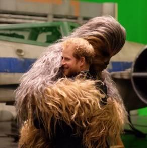 Harry abbraccia Chewbacca sul set di Star Wars