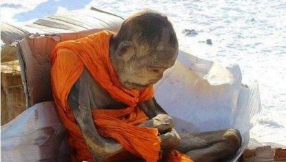 il-mistero-della-mummia-viva-del-monaco-che-medita-da-oltre-200-anni