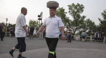 cammina con la roccia sulla testa