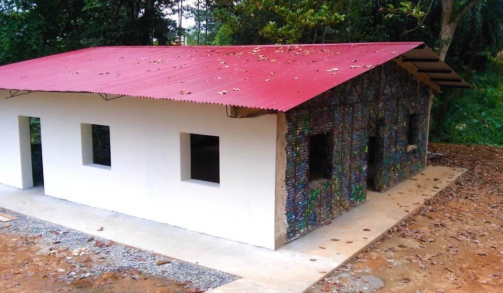 Utilizza 10 mila bottiglie di plastica per costruire una - Costruire casa in economia ...