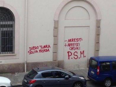 Insulti su muro contro agente morto infarto Ventimiglia