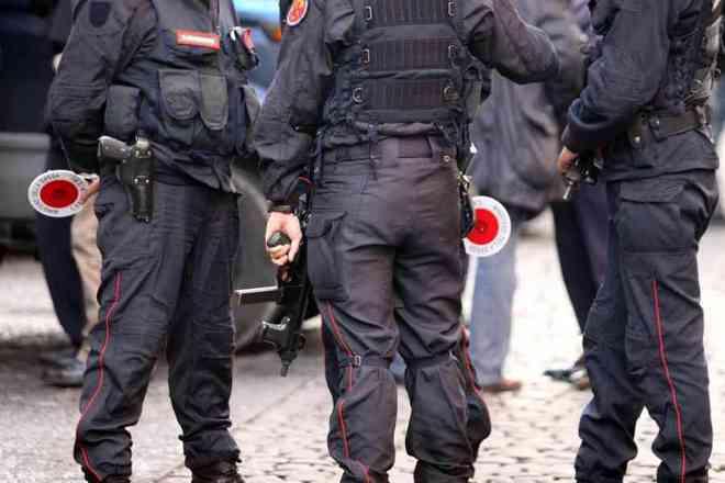 Napoli Uomo Su Sedia A Rotelle Imbraccia Fucile E Spara A