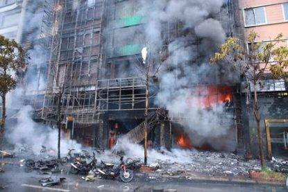 epa05612777 General view from the street after a fire broke out at a karaoke bar in Hanoi, Vietnam, 01 November 2016. The fire broke out at the eight-story karaoke bar in downtown Hanoi and spread to three neighboring buildings. 13 were killed in the fire, according to media reports. EPA/STR