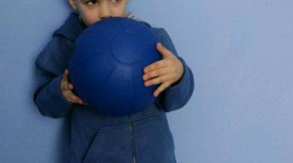 bambino-palla-muro
