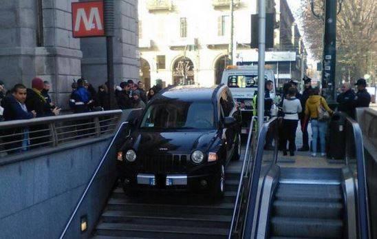 Sbaglia e finisce con l'auto sulle scale d'accesso della metropolitana
