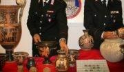 carabinieri con dell'arte rubata