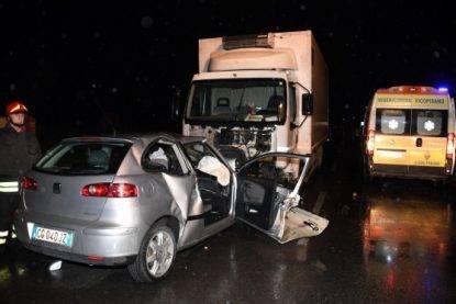 Scontro frontale tra auto e camion, muore un ventenne
