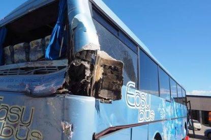 Autobus contro albero A bordo 20 persone