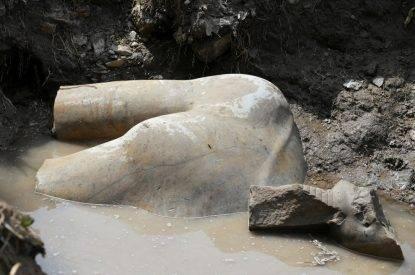 In una baraccopoli del Cairo scoperta una gigantesca statua di Ramses II