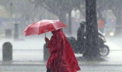 Maltempo - donna con ombrello