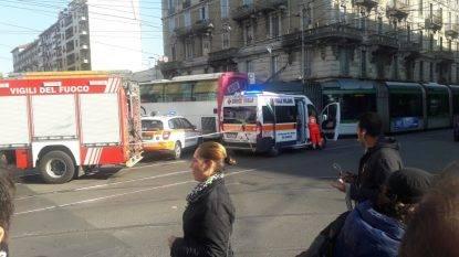 Via Farini, incidente tra bus privato e tram: tre feriti