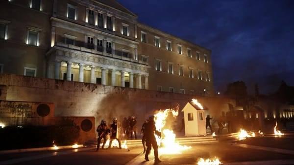Grecia governo vara nuovo piano di austerity violenti for Parlamento ieri