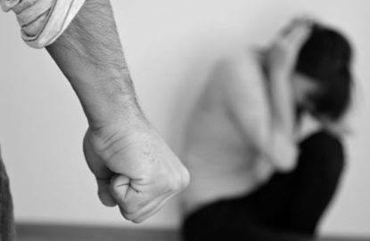 Sanremo, tenta di dare fuoco alla moglie: fermato dalla figlia 13enne