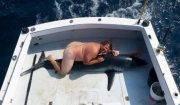 uomo nudo sullo squalo