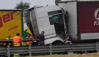 Incidente sull'A14, scontro fra mezzi pesanti