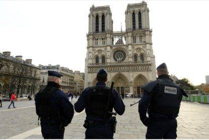 Parigi, aggredisce agente a martellate: colpito VIDEO