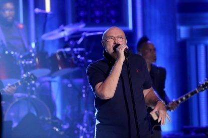 Phil Collins batte la testa cadendo: annullati i concerti