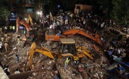 India, crolla un palazzo: almeno 12 morti. Si scava tra le macerie