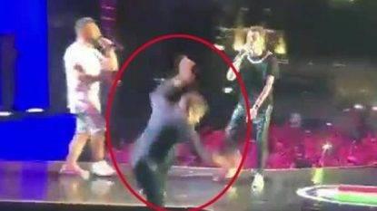 Gianni Morandi vola dal palco mentre canta