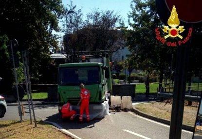 Incidente in via San Giusto, travolto da un camion Amsa: morto ciclista