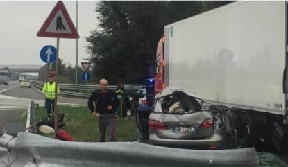 Auto contro camion fermo nell'area di sosta: muore bambina