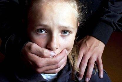Stuprò e prestò ad amici figlioletta per 8 anni, niente carcere